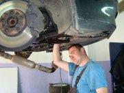 Осмотр двигателя механиком.