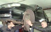 Механики проверяют подвеску.