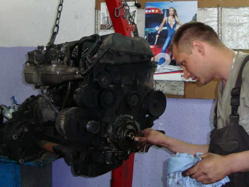 Осмотр снятого двигателя.